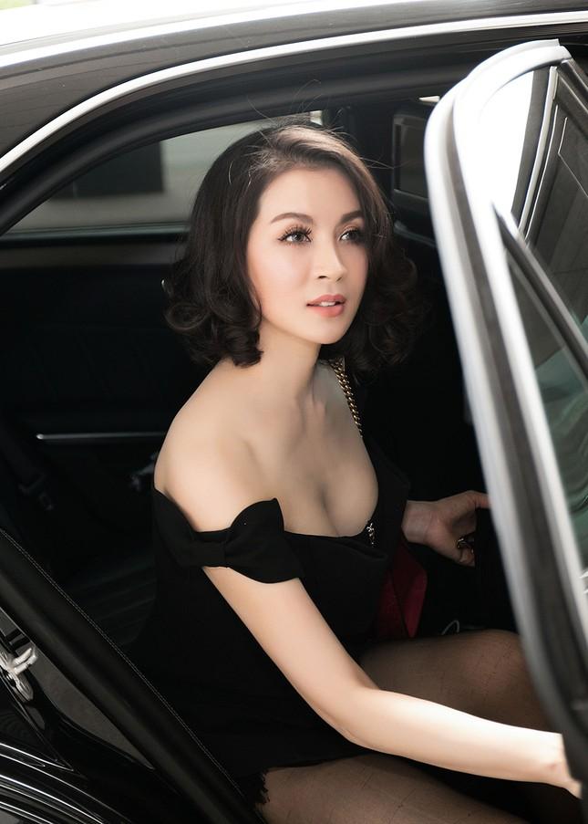 MC Thanh Mai diện đầm trễ vai quyến rũ ở sân bay ảnh 2