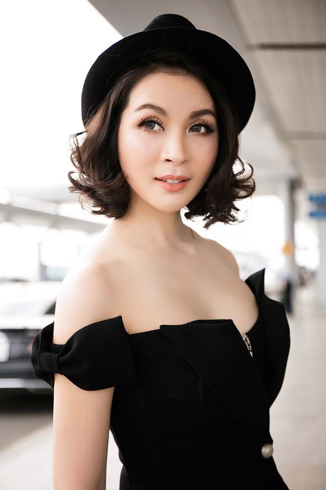 MC Thanh Mai diện đầm trễ vai quyến rũ ở sân bay ảnh 8