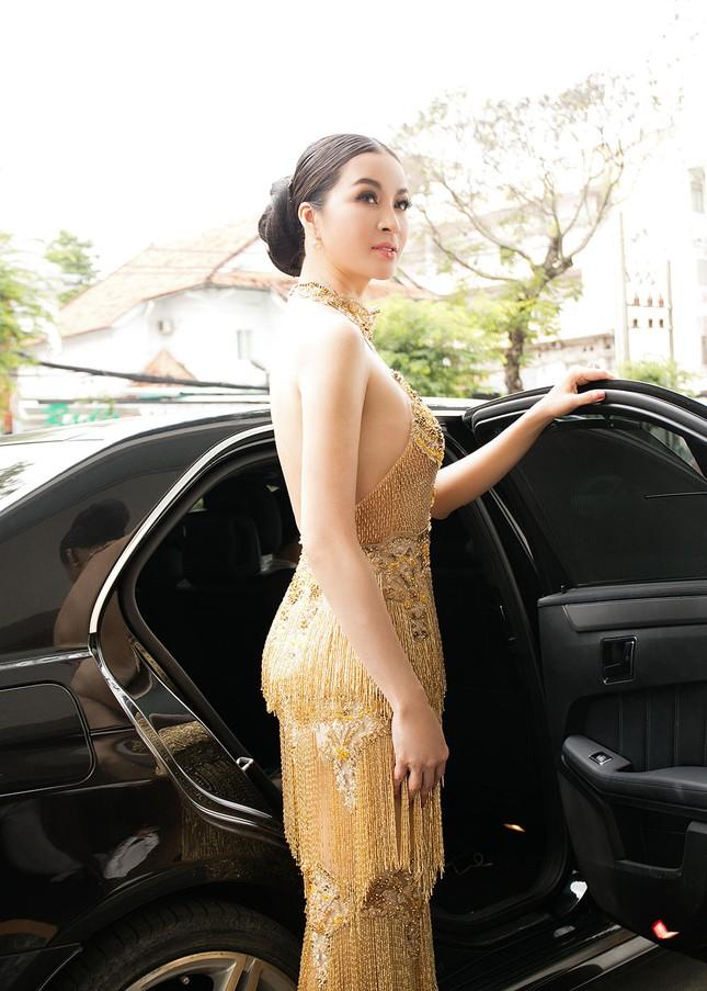 MC Thanh Mai quá gợi cảm với váy đính pha lê ảnh 2