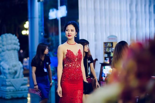 Trần Thị Quỳnh lưng trần táo bạo làm giám khảo ảnh 1
