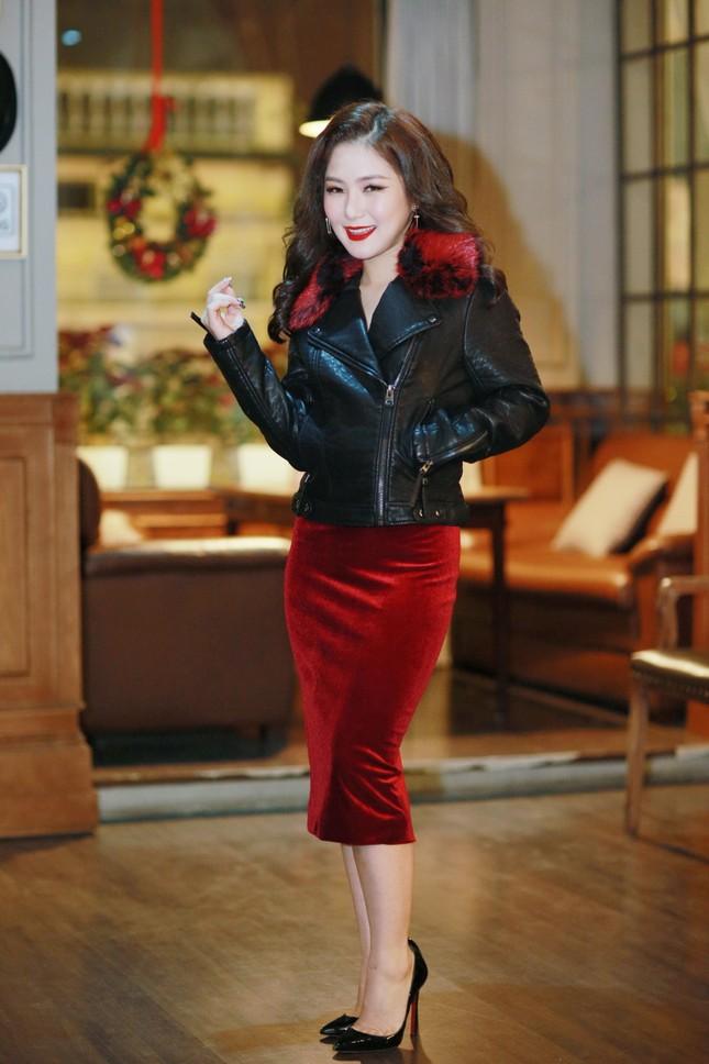 Hương Tràm diện váy đỏ gợi cảm chạy show đầu năm mới ảnh 1