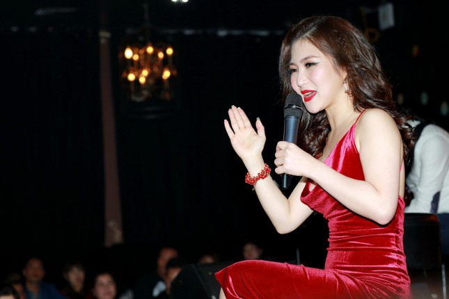 Hương Tràm diện váy đỏ gợi cảm chạy show đầu năm mới ảnh 5