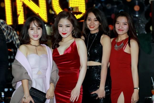 Hương Tràm diện váy đỏ gợi cảm chạy show đầu năm mới ảnh 8