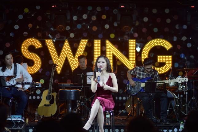 Hương Tràm diện váy đỏ gợi cảm chạy show đầu năm mới ảnh 3