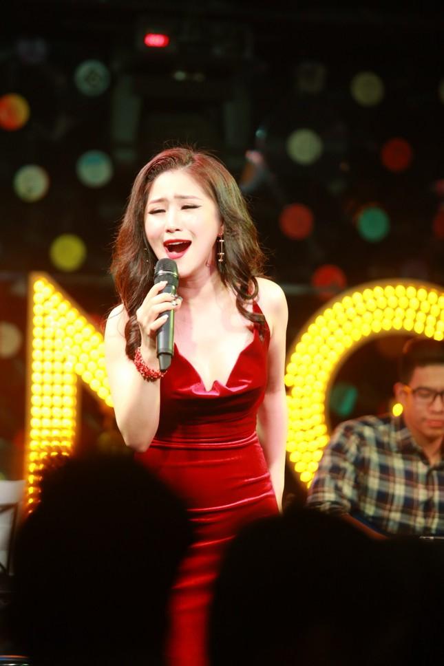 Hương Tràm diện váy đỏ gợi cảm chạy show đầu năm mới ảnh 6