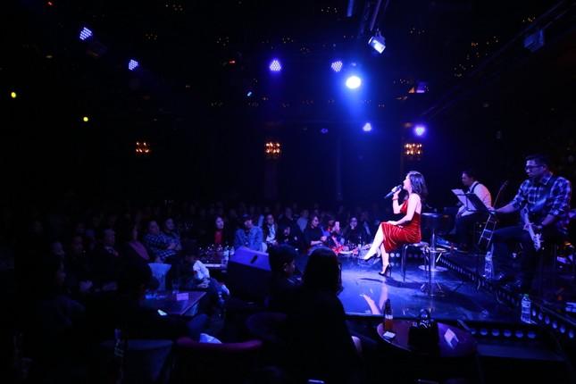 Hương Tràm diện váy đỏ gợi cảm chạy show đầu năm mới ảnh 4