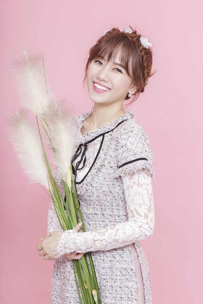 Hari Won trẻ trung quên tuổi với áo dài ren ảnh 1