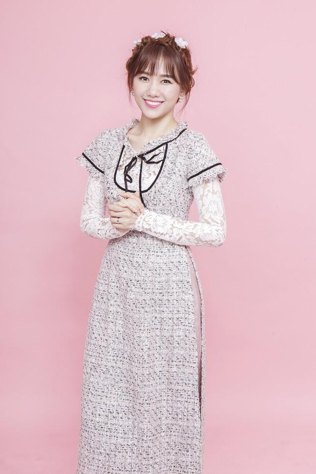 Hari Won trẻ trung quên tuổi với áo dài ren ảnh 2