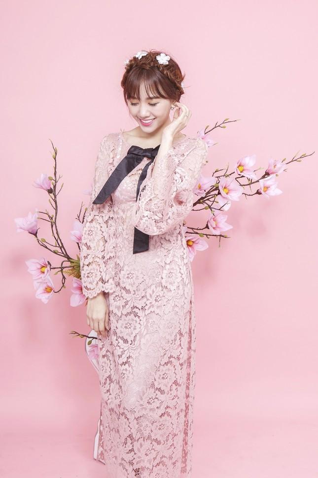 Hari Won trẻ trung quên tuổi với áo dài ren ảnh 6