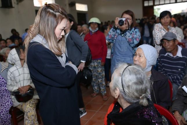 Mỹ Tâm thức trắng đêm chuẩn bị quà Tết cho bà con nghèo tại Quảng Nam ảnh 5