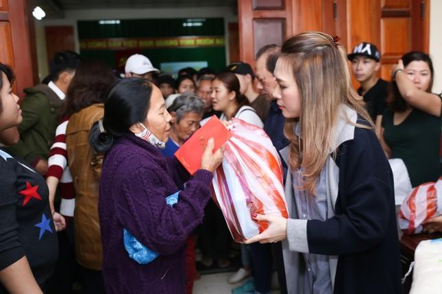Mỹ Tâm thức trắng đêm chuẩn bị quà Tết cho bà con nghèo tại Quảng Nam ảnh 9