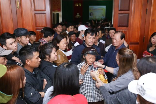 Mỹ Tâm thức trắng đêm chuẩn bị quà Tết cho bà con nghèo tại Quảng Nam ảnh 7