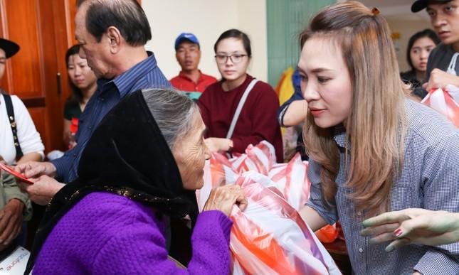 Mỹ Tâm thức trắng đêm chuẩn bị quà Tết cho bà con nghèo tại Quảng Nam ảnh 6