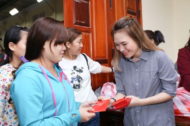 Mỹ Tâm thức trắng đêm chuẩn bị quà Tết cho bà con nghèo tại Quảng Nam ảnh 8