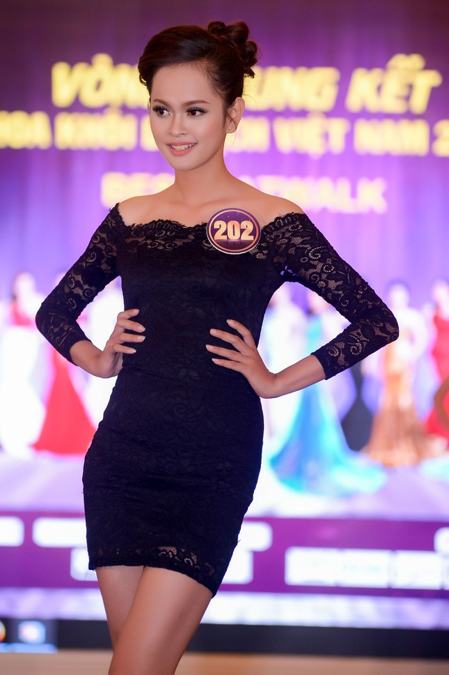 Võ Hoàng Yến mặc váy xẻ cao đi chấm thi Hoa khôi ảnh 9