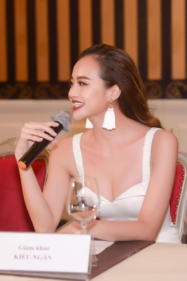 Võ Hoàng Yến mặc váy xẻ cao đi chấm thi Hoa khôi ảnh 5