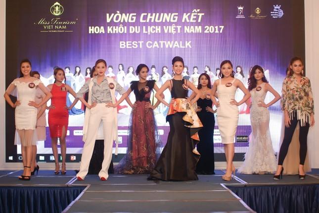 Võ Hoàng Yến mặc váy xẻ cao đi chấm thi Hoa khôi ảnh 6
