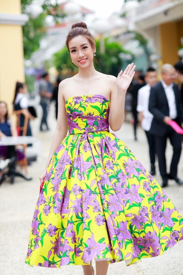 Hoa hậu Mỹ Linh cùng dàn sao đẹp rực rỡ đi xem thời trang ảnh 2