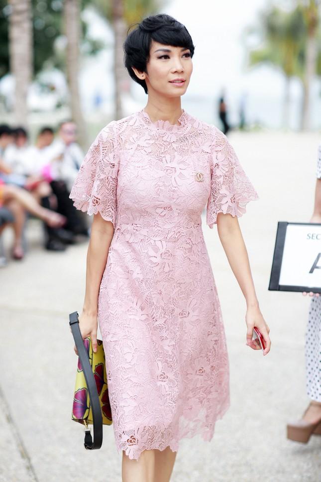 Hoa hậu Mỹ Linh cùng dàn sao đẹp rực rỡ đi xem thời trang ảnh 8