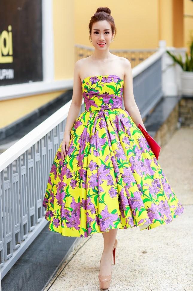 Hoa hậu Mỹ Linh cùng dàn sao đẹp rực rỡ đi xem thời trang ảnh 1