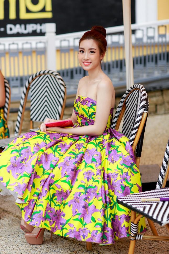 Hoa hậu Mỹ Linh cùng dàn sao đẹp rực rỡ đi xem thời trang ảnh 3