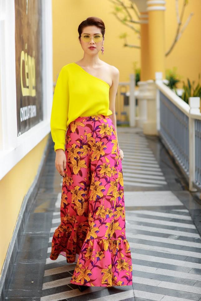 Hoa hậu Mỹ Linh cùng dàn sao đẹp rực rỡ đi xem thời trang ảnh 9