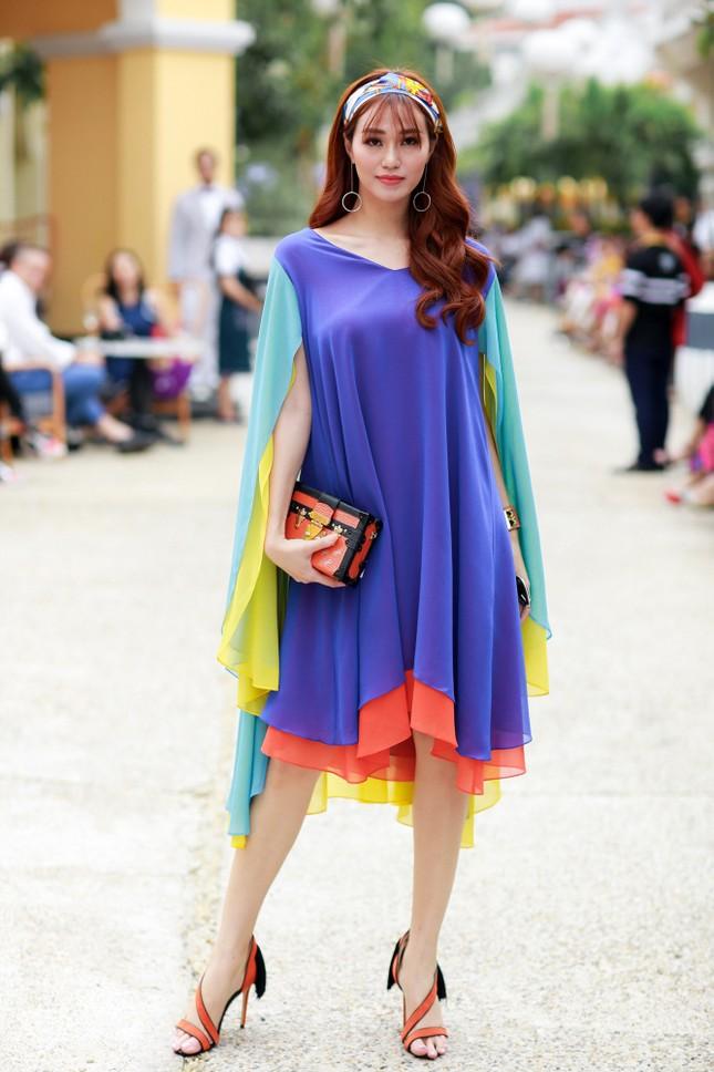 Hoa hậu Mỹ Linh cùng dàn sao đẹp rực rỡ đi xem thời trang ảnh 6