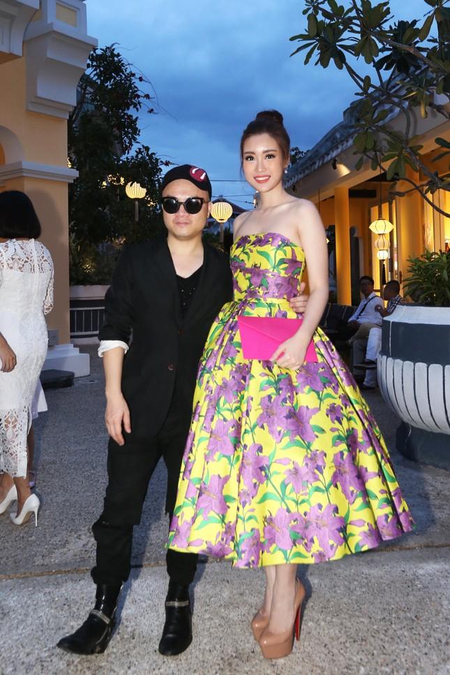 Hoa hậu Mỹ Linh cùng dàn sao đẹp rực rỡ đi xem thời trang ảnh 12