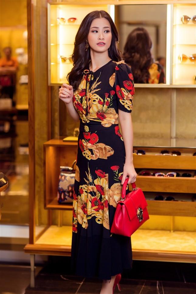 Đông Nhi sành điệu với loạt trang phục hàng hiệu đắt đỏ ảnh 5