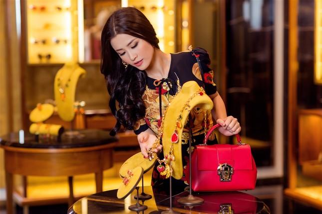 Đông Nhi sành điệu với loạt trang phục hàng hiệu đắt đỏ ảnh 6