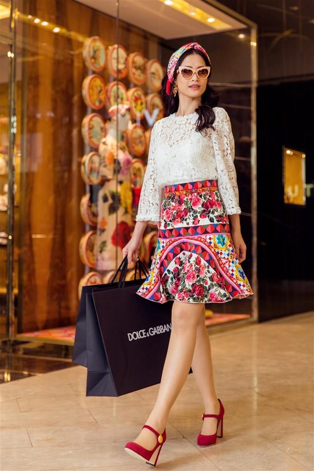 Đông Nhi sành điệu với loạt trang phục hàng hiệu đắt đỏ ảnh 8