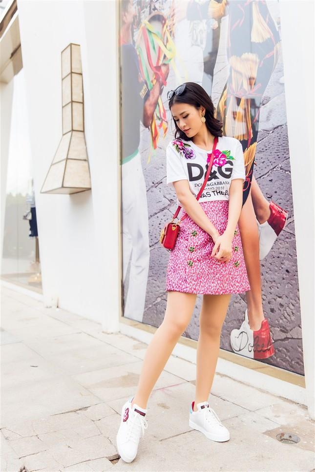 Đông Nhi sành điệu với loạt trang phục hàng hiệu đắt đỏ ảnh 9