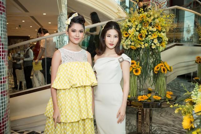 Hoa hậu Mỹ Linh, Á hậu Thùy Dung nổi bật với đầm vàng rực rỡ ảnh 5