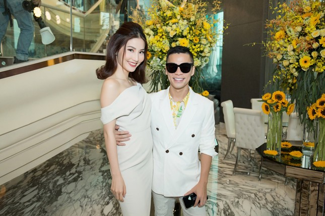 Hoa hậu Mỹ Linh, Á hậu Thùy Dung nổi bật với đầm vàng rực rỡ ảnh 10