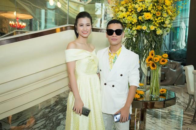 Hoa hậu Mỹ Linh, Á hậu Thùy Dung nổi bật với đầm vàng rực rỡ ảnh 9