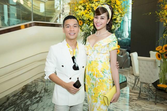 Hoa hậu Mỹ Linh, Á hậu Thùy Dung nổi bật với đầm vàng rực rỡ ảnh 7