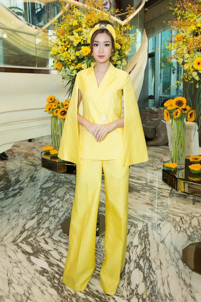 Hoa hậu Mỹ Linh, Á hậu Thùy Dung nổi bật với đầm vàng rực rỡ ảnh 1