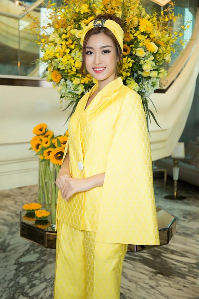 Hoa hậu Mỹ Linh, Á hậu Thùy Dung nổi bật với đầm vàng rực rỡ ảnh 3