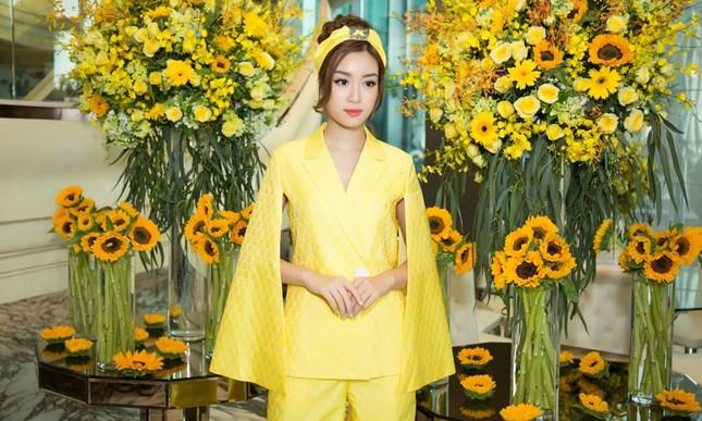 Hoa hậu Mỹ Linh, Á hậu Thùy Dung nổi bật với đầm vàng rực rỡ ảnh 2