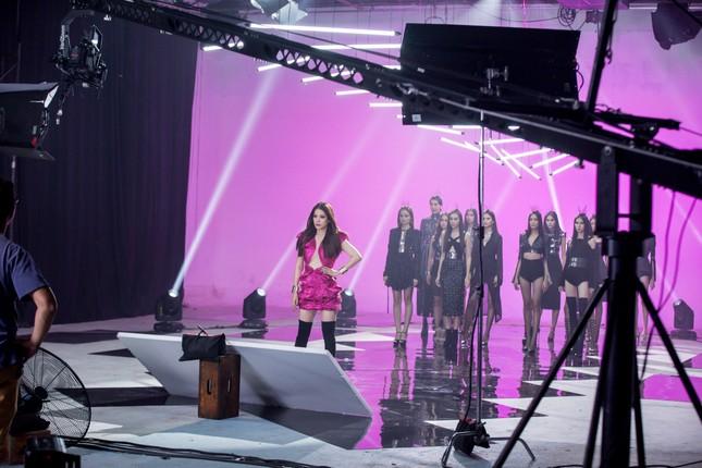 Trương Ngọc Ánh ăn vội bánh giò khi ghi hình cho Next Top Model ảnh 2
