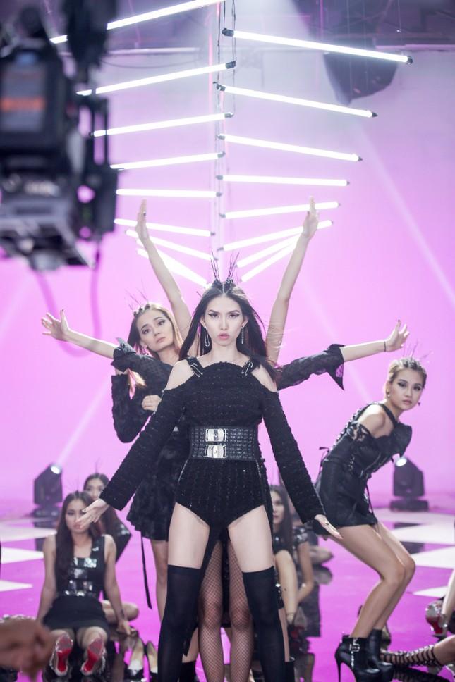 Trương Ngọc Ánh ăn vội bánh giò khi ghi hình cho Next Top Model ảnh 6
