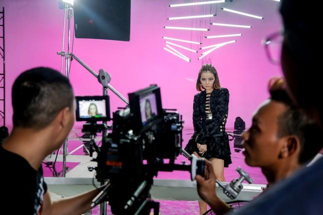 Trương Ngọc Ánh ăn vội bánh giò khi ghi hình cho Next Top Model ảnh 4