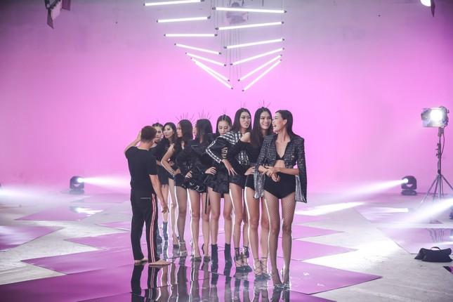 Trương Ngọc Ánh ăn vội bánh giò khi ghi hình cho Next Top Model ảnh 3