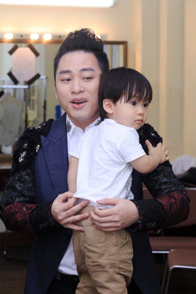Con trai quấn quýt Tùng Dương không rời ảnh 3