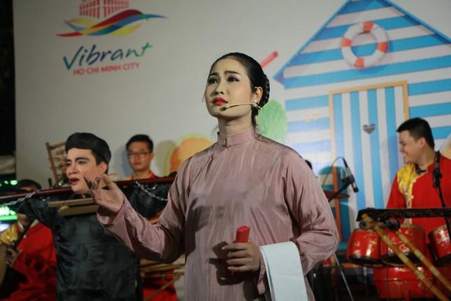 Cải lương xuống phố đi bộ Nguyễn Huệ ảnh 1