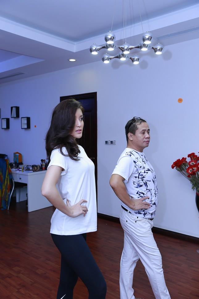 """Huyền My đứng giữa sân chung cư tập hô """"I'm Huyen My, 22, from Vietnam"""" ảnh 5"""