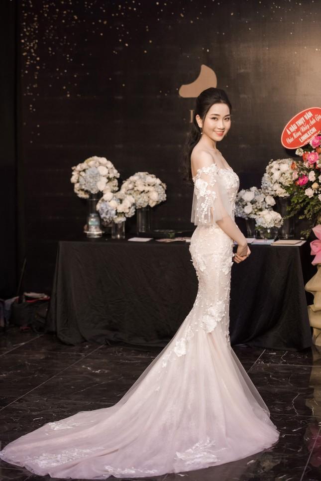 Hoa hậu Thu Thảo, Đỗ Mỹ Linh diện váy cưới trắng muốt ảnh 11