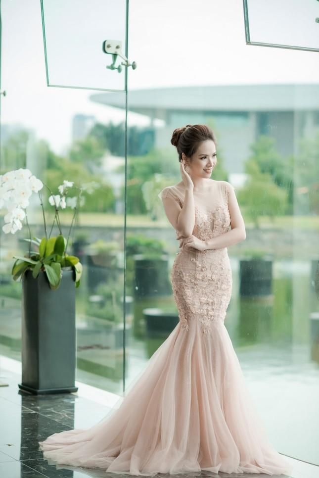 Hoa hậu Thu Thảo, Đỗ Mỹ Linh diện váy cưới trắng muốt ảnh 8