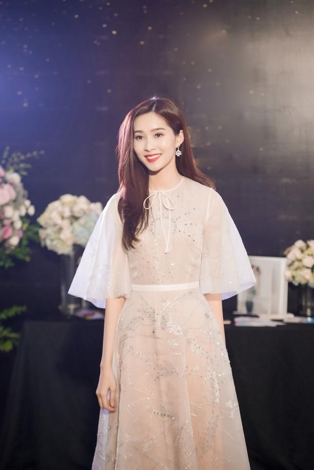 Hoa hậu Thu Thảo, Đỗ Mỹ Linh diện váy cưới trắng muốt ảnh 1