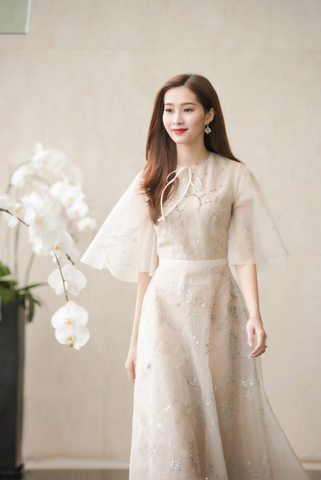 Hoa hậu Thu Thảo, Đỗ Mỹ Linh diện váy cưới trắng muốt ảnh 2